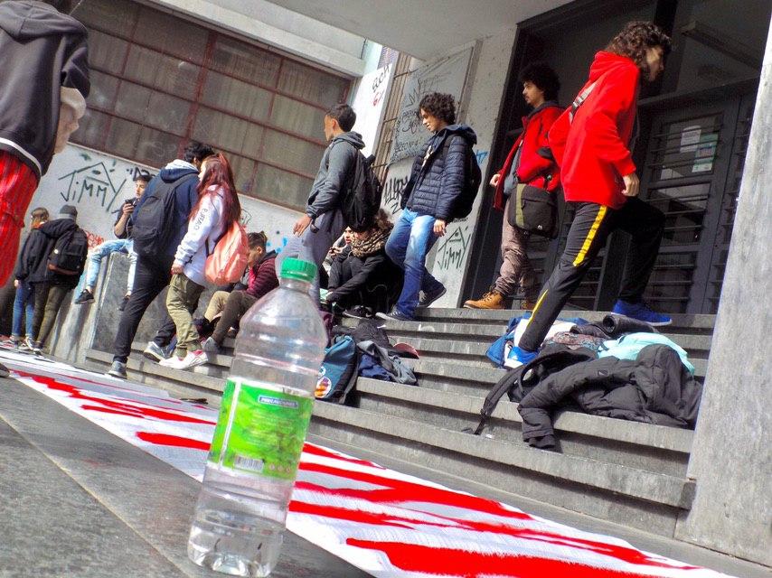 Escaleras de un liceo, bloqueada por estudiantes pintando pancartas