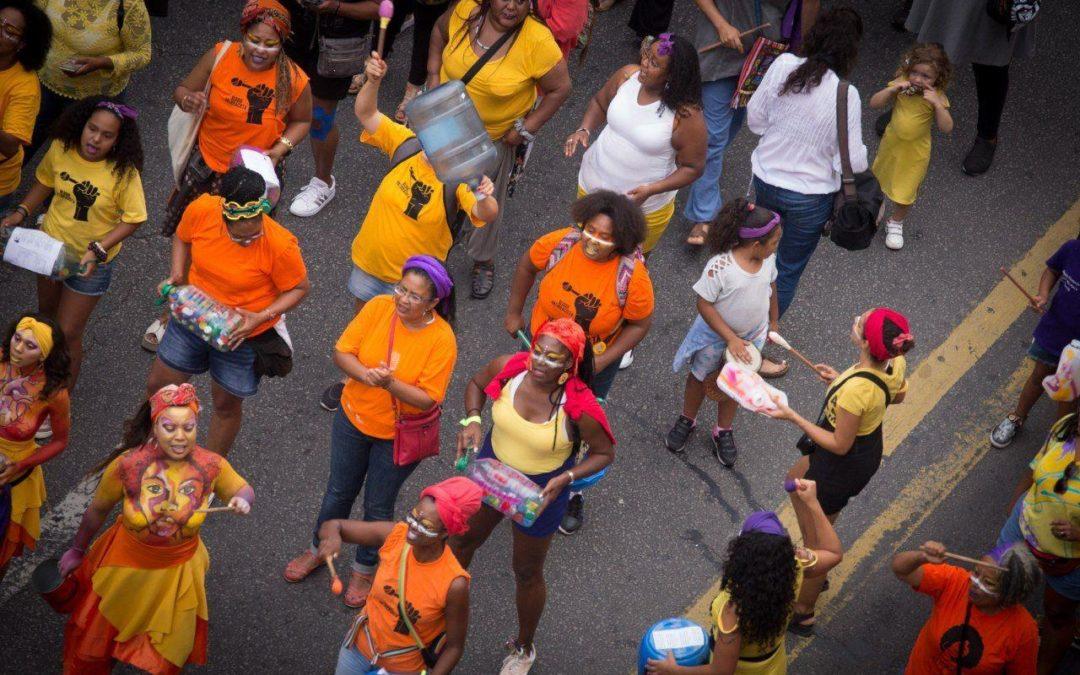 grupo de mujeres afro movilizadas en la calle